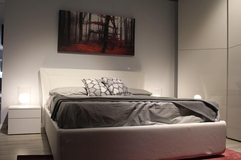 Яркая картина в спальне в стиле хай-тек