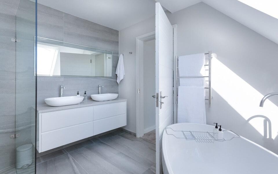 Дизайн белой ванной в стиле минимализм