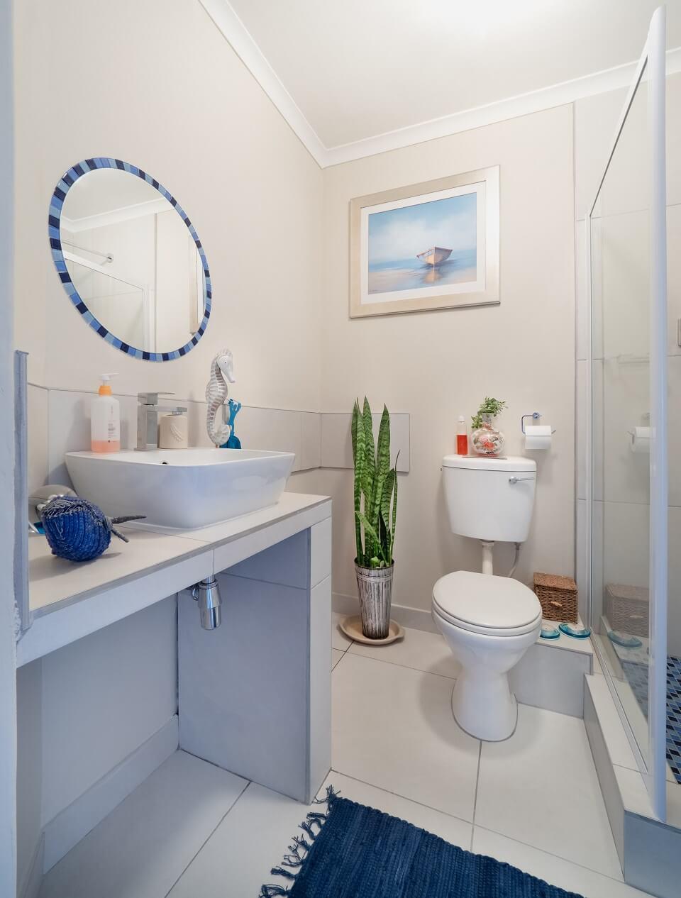 светло-кремовые стены в сочетании с белыми элементами и ярко-синими аксессуарами