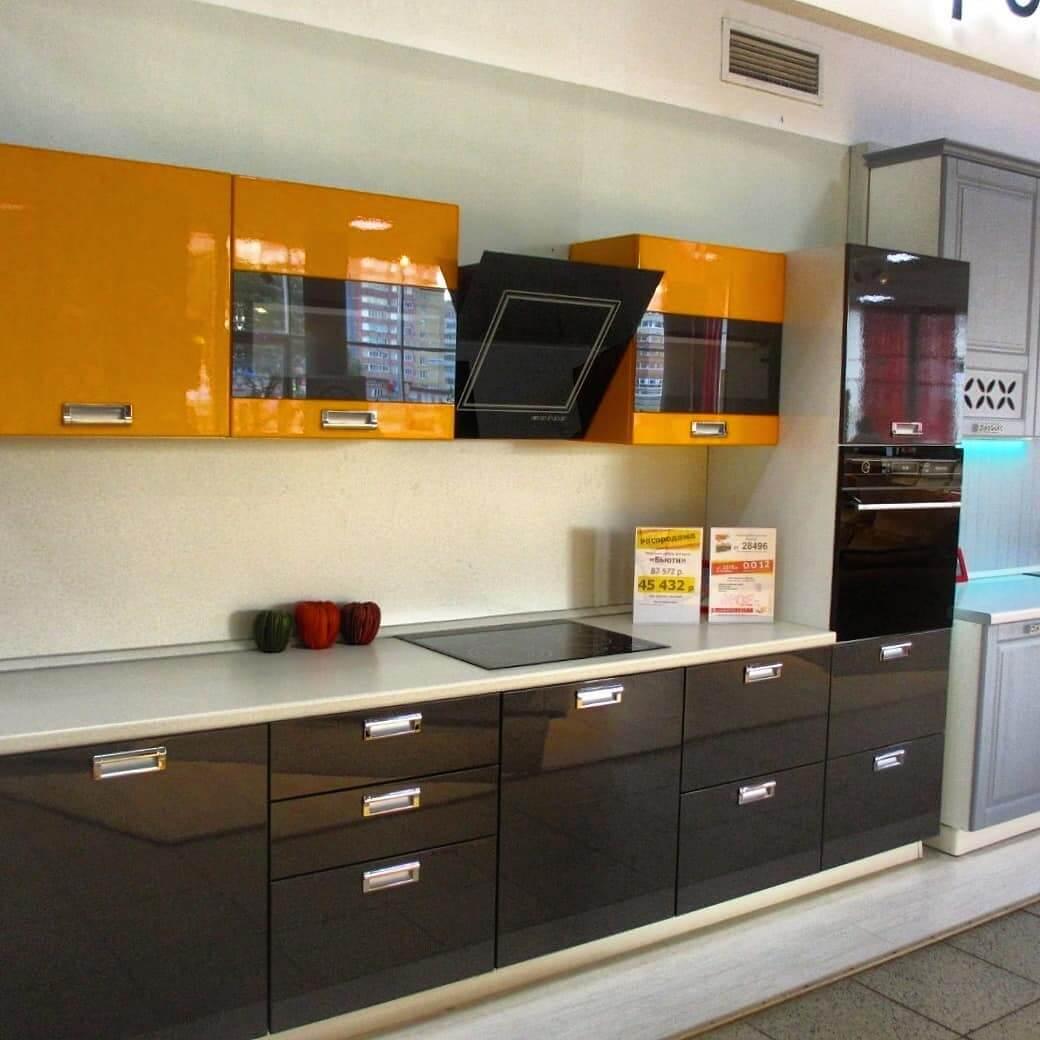 яркая кухня в сочетании с коричневым и желтым
