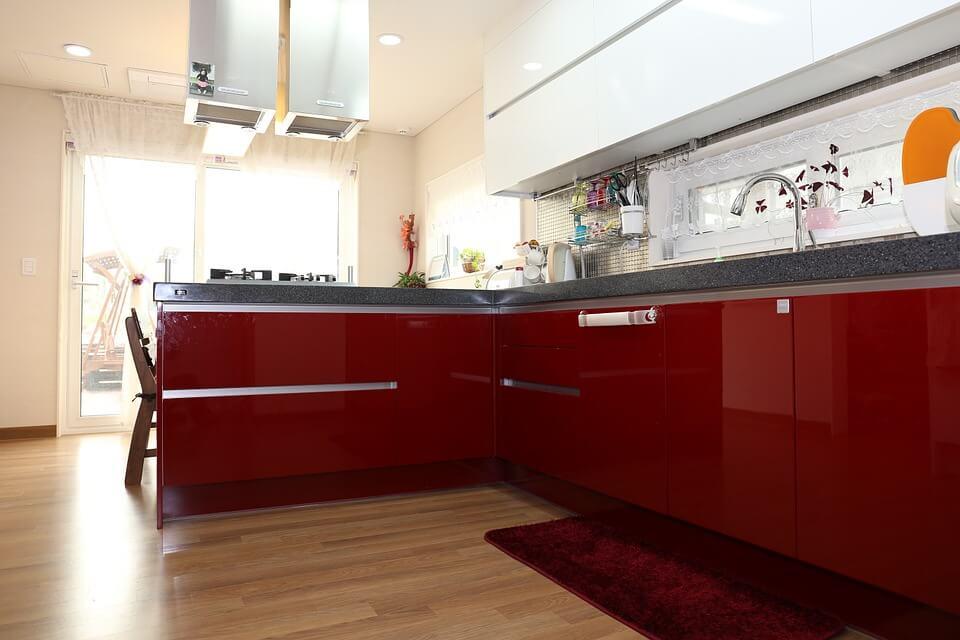 фото яркой кухни с красными фасадами мебели