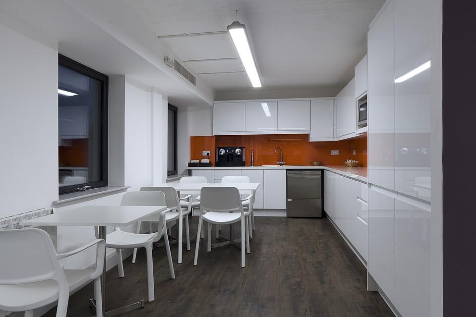 белая кухня с ярким фарутокм