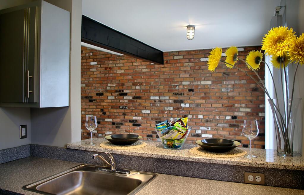 """""""Черновая"""" отделка стены в стиле лофт"""