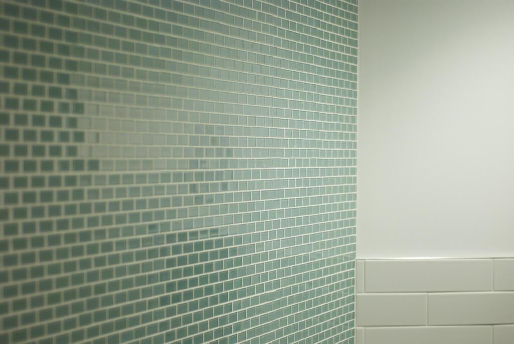 плитка на стене в бирюзовой ванной