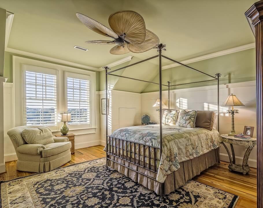 Классический интерьер спальни с роскошной кроватью