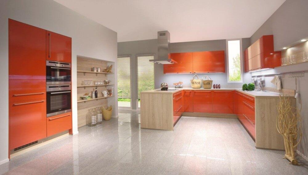 Кухня в оранжевом цвете в сочетании с серым