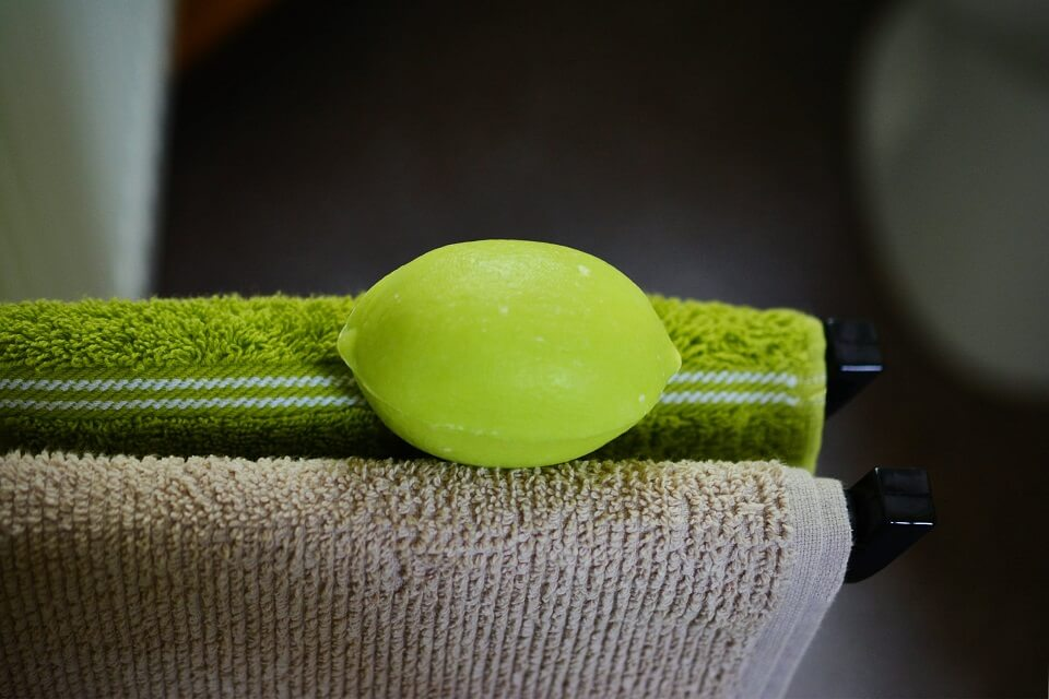 сочетания светло-кремового цвета с ярко-зеленым в аксессуарах для ванной комнаты