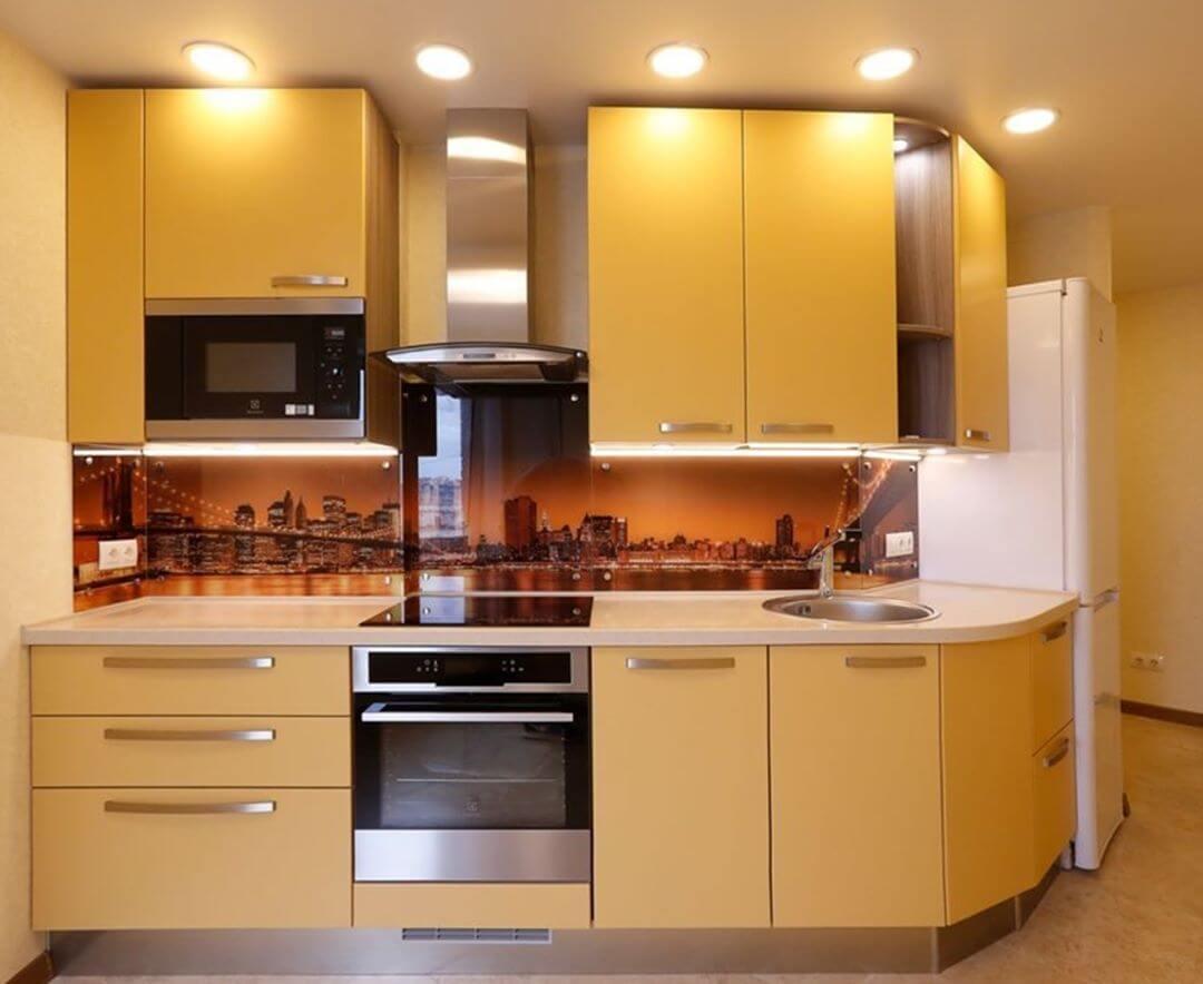 Фото желтой кухни со скинали в интерьере