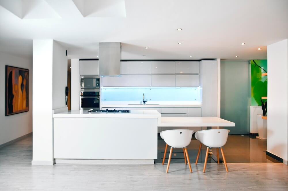 Глянцевая белая кухня с однотонным стеклянным фартуком