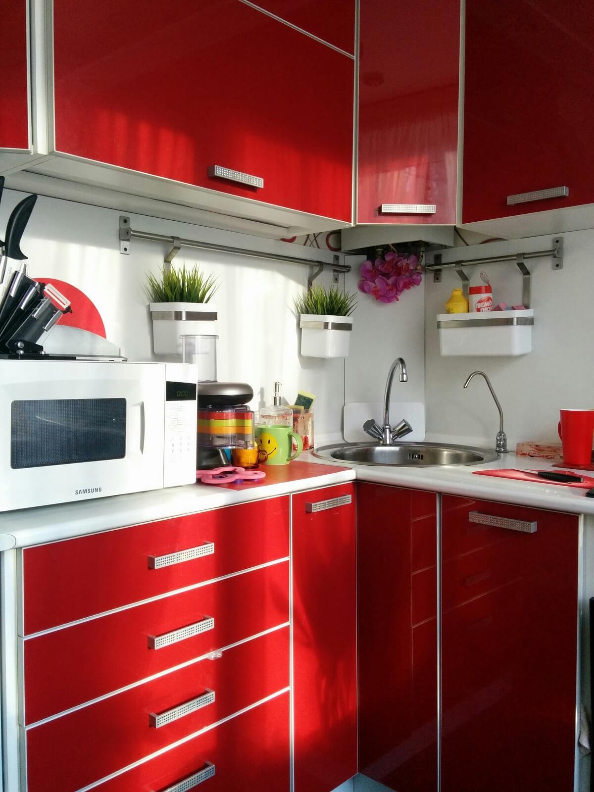 Ярко-красная кухня в интерьере