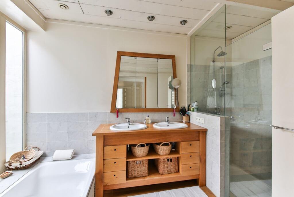 Оформление зеркала в светлой ванной