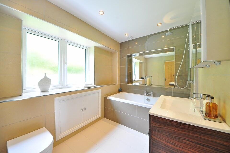 окно в дизайне ванной