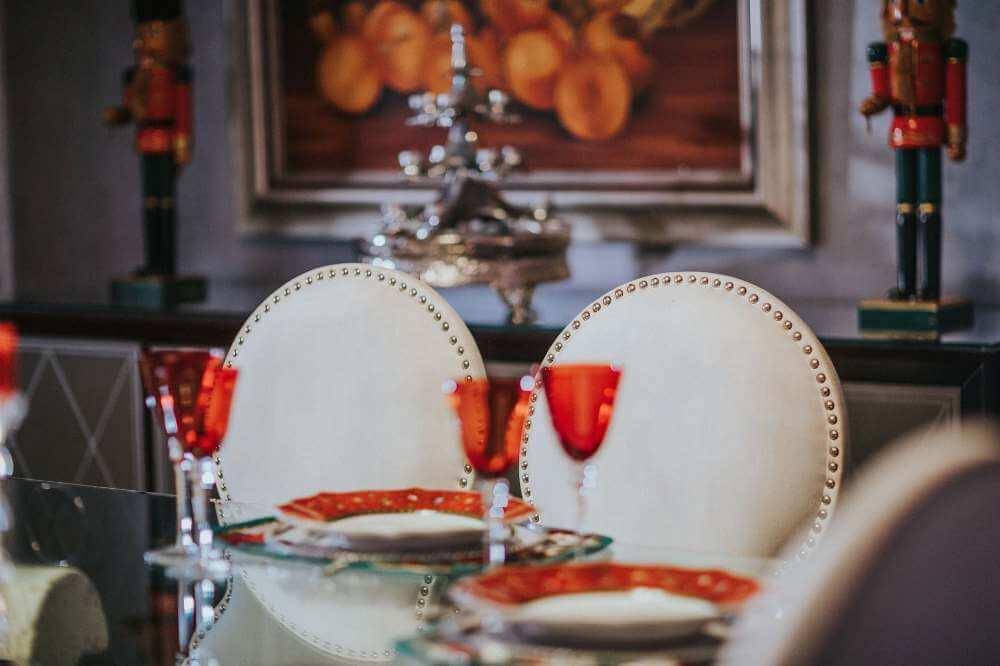 Оранжевые элементы декора кухни в классическом стиле