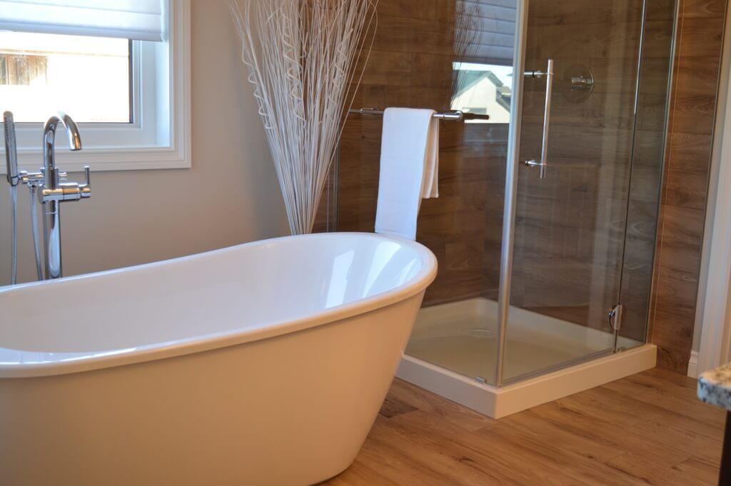 Стекло в дизайне светлой ванной