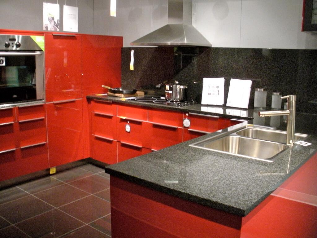 Красно-черная кухня с каменной столешницей