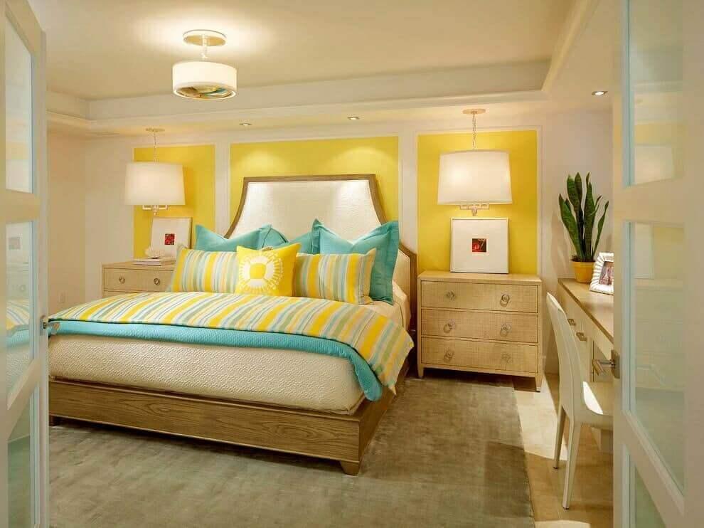 яркая желтая маленькая спальня