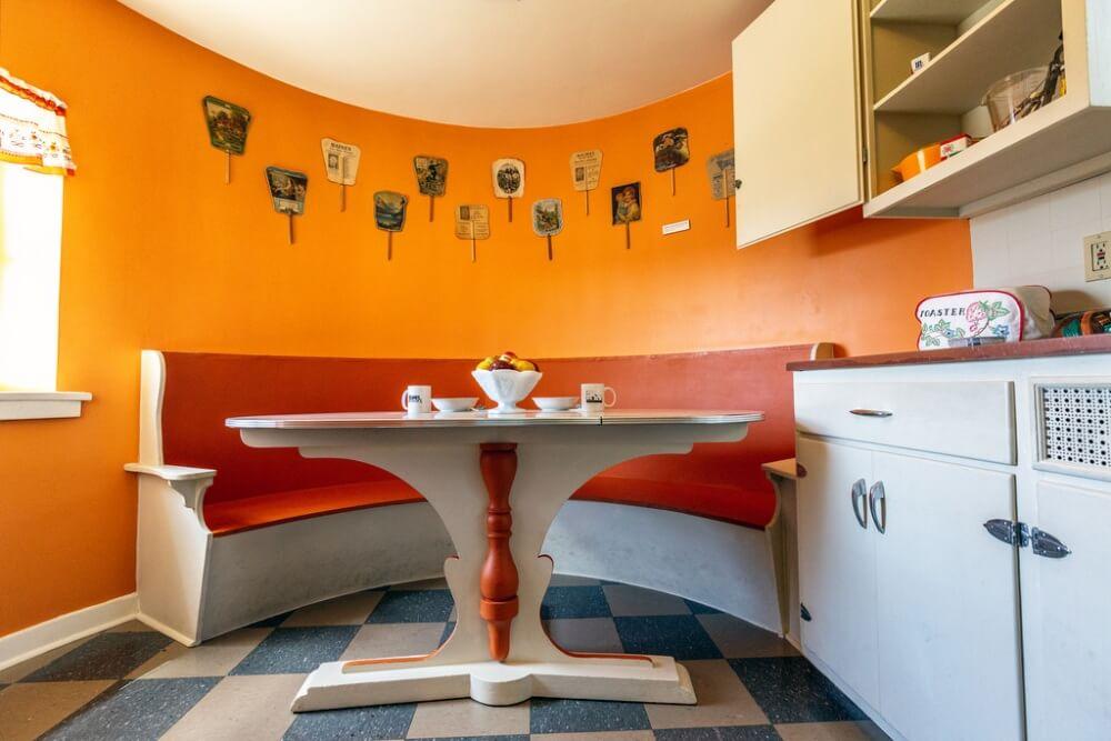 Простота оранжевого цвета в интерьере кухни