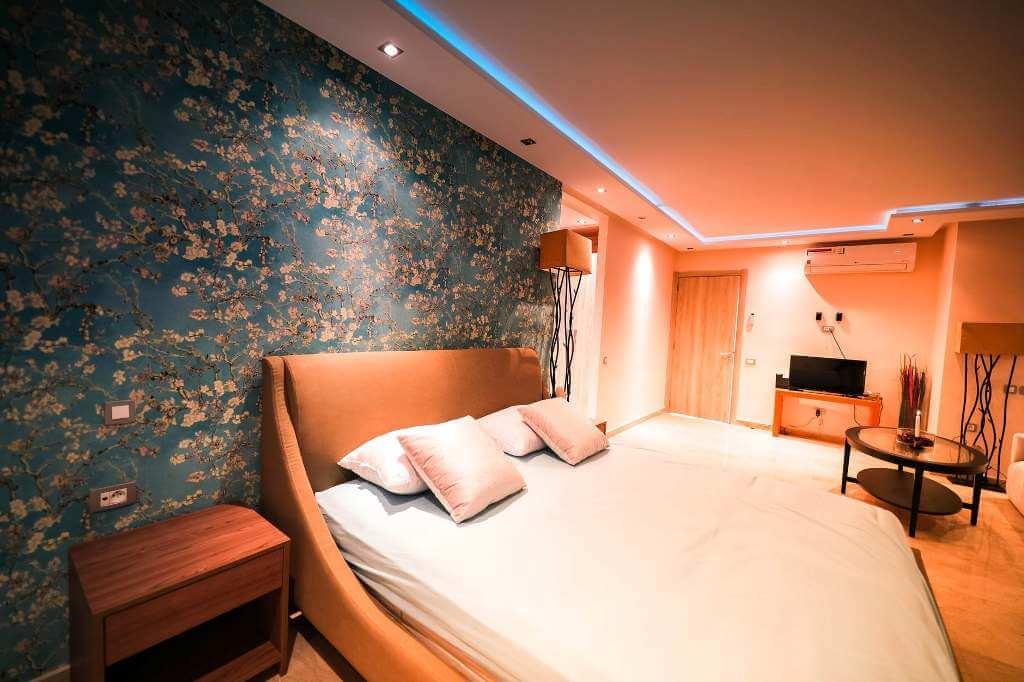 стены с рисунком в спальне