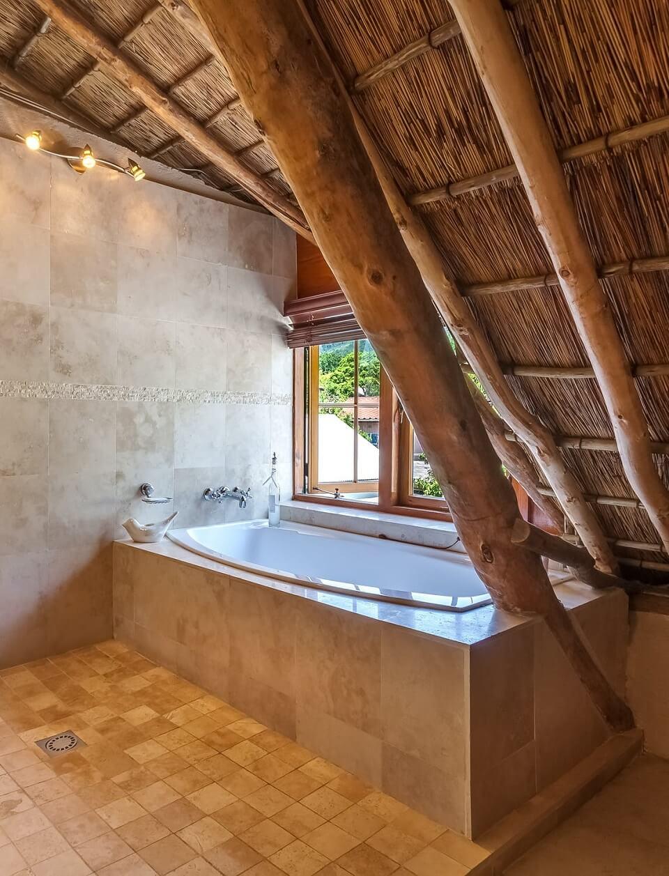 натуральное дерево - декор бежевой ванной комнаты
