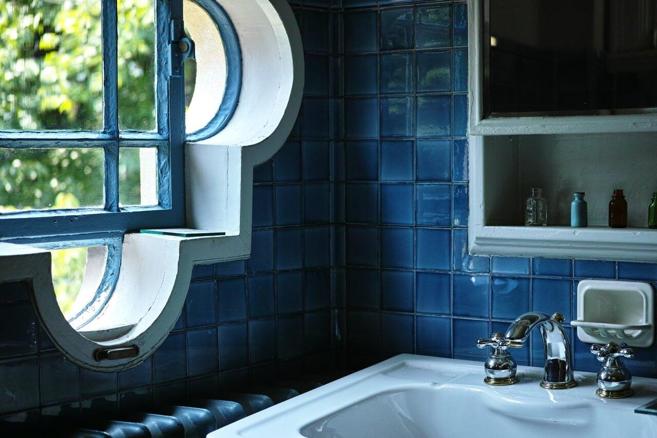 оформление оконного проема в ванной комнате