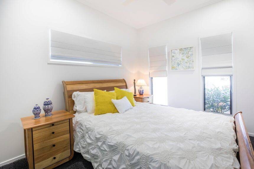 светлая гамма в маленькой спальне