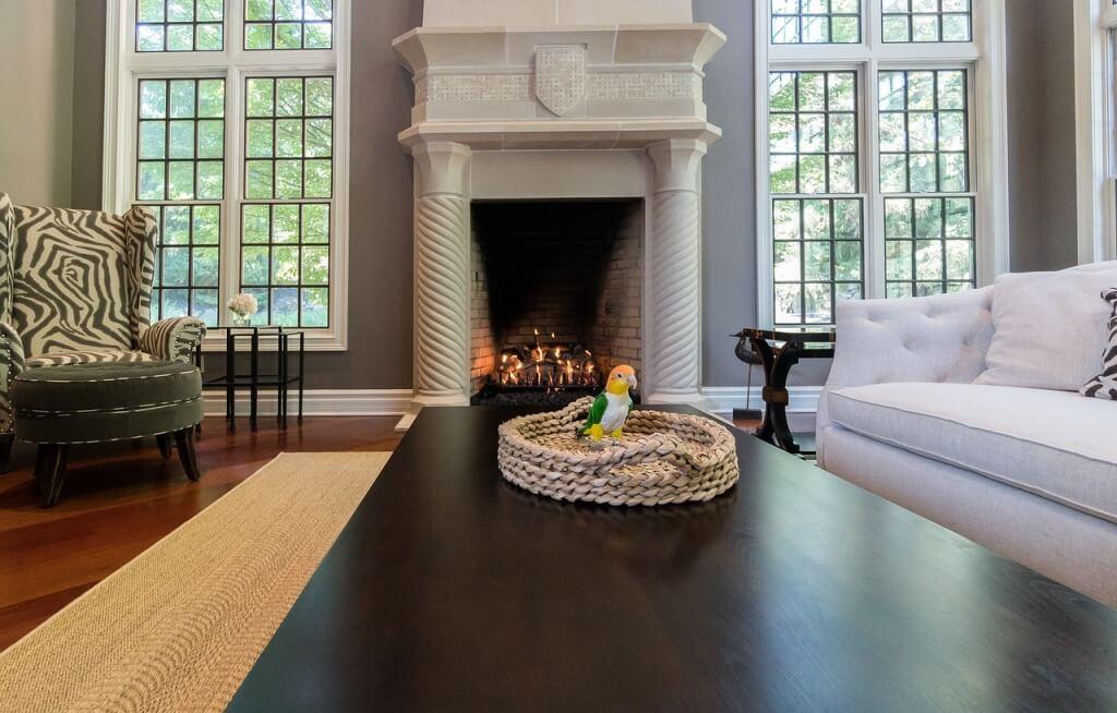 Классический дизайн интерьера гостиной с уютным камином