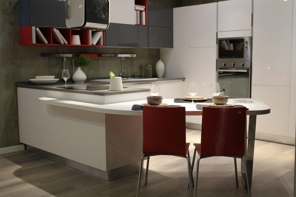 Фото белой кухни в интерьере в сочетании с красным и серым