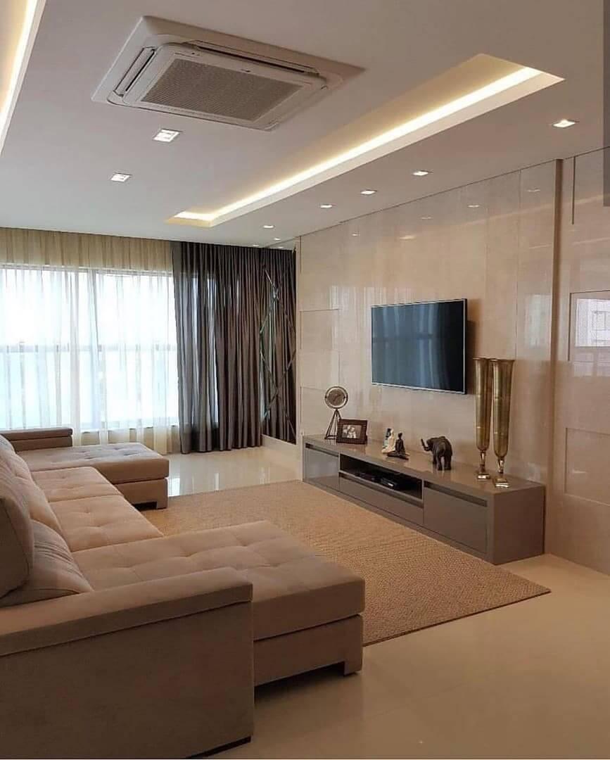 Отделка мрамором стен в современной гостиной
