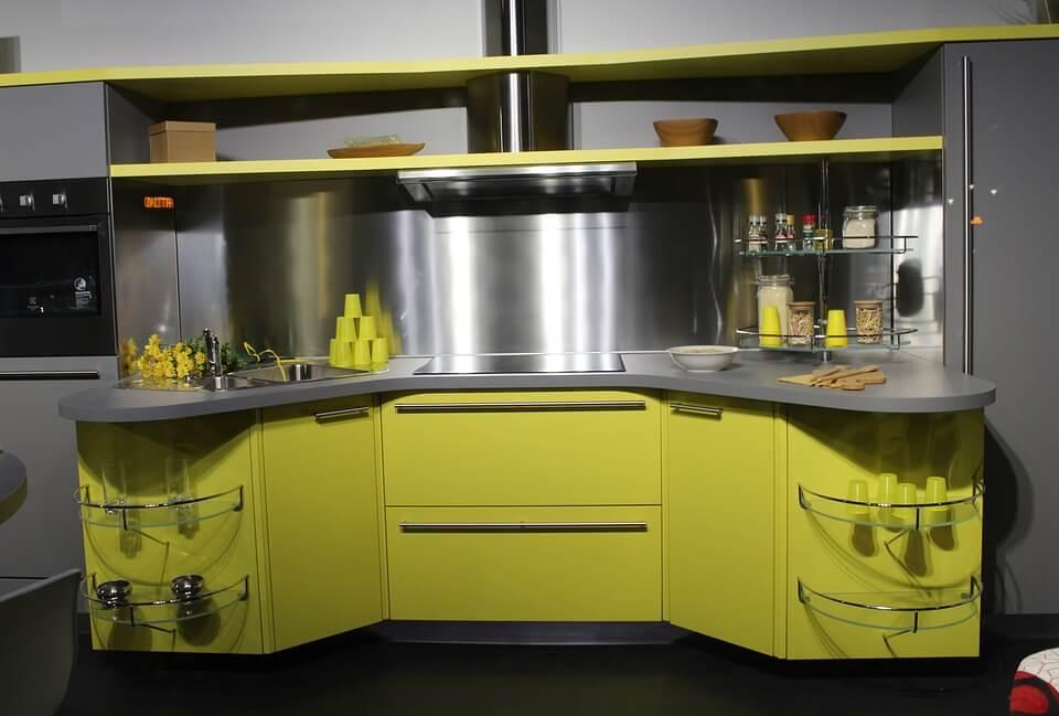 серая кухня с жетлой мебелью