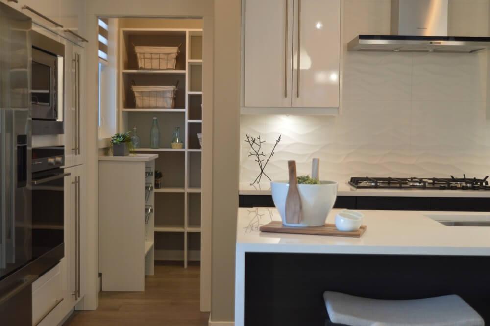 Белая глянцевая кухня в кухонном гарнитуре