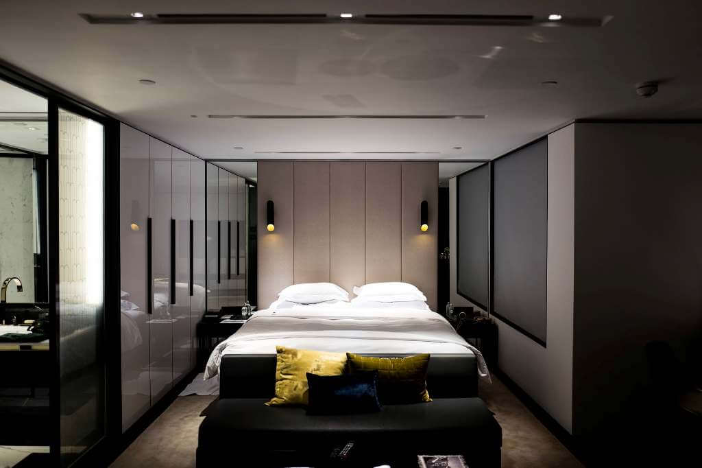 спальня с зеркалом