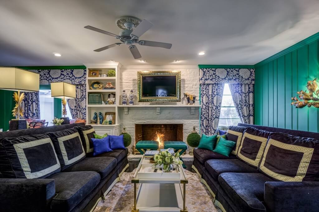 Яркий интерьер гостиной в классическом стиле