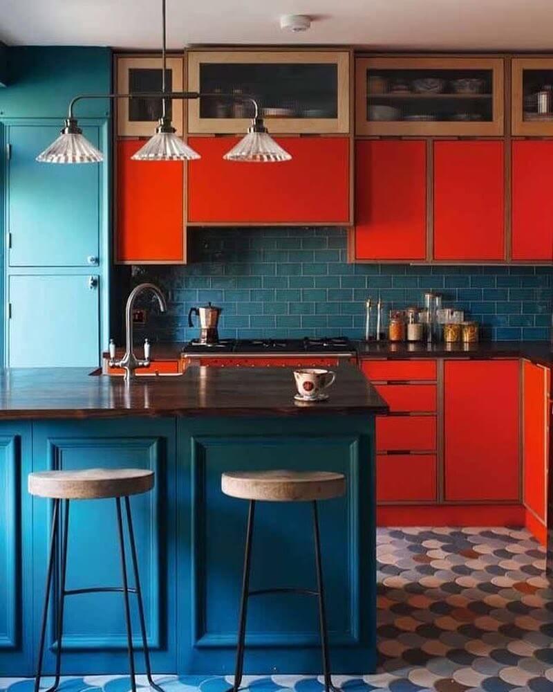 Синий цвет и яркий красный оттенок