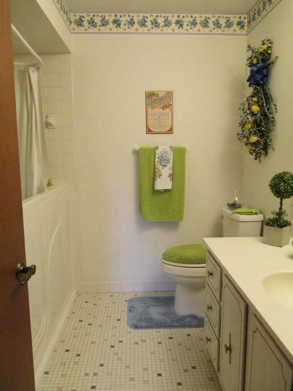 Цветочные мотивы в светлой ванной
