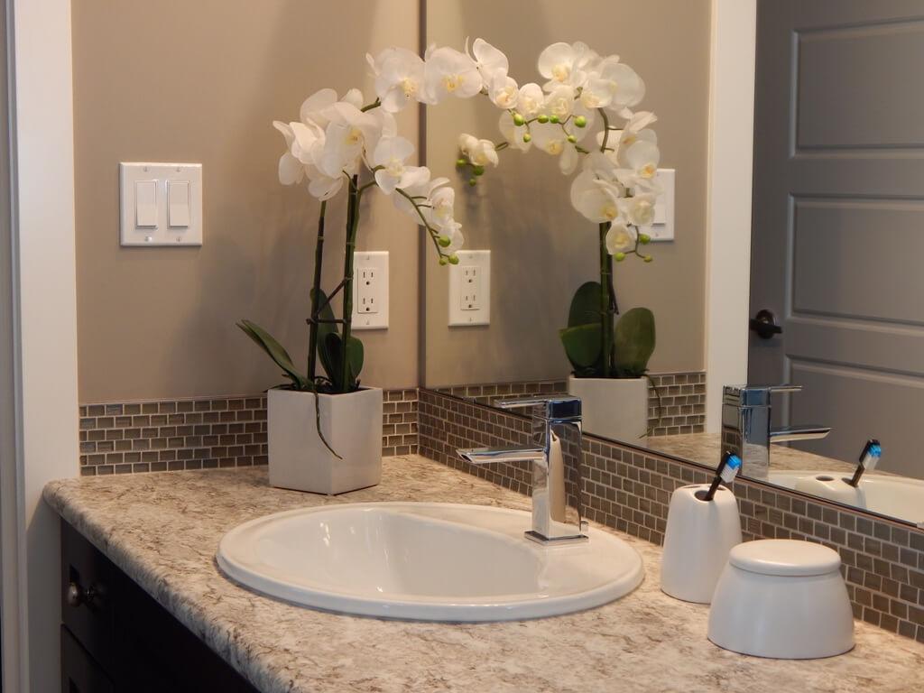 Лаконичная отделка светлой ванной