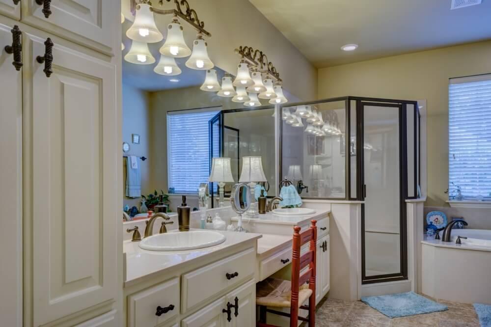 дизайн белой ванной комнаты в стиле модерн