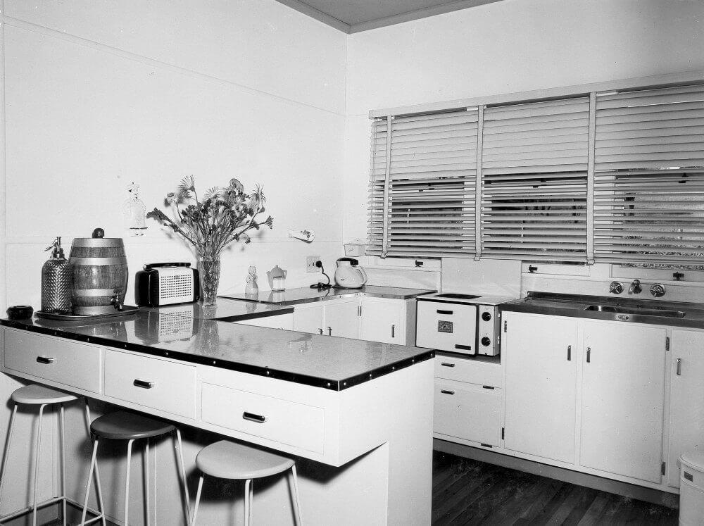 Стильная белая кухня с черной столешницей