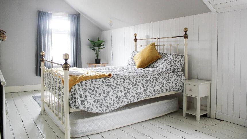 косой потолок в маленькой спальне