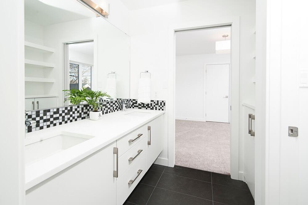 плюсы черно-белого дизайна в ванной комнате