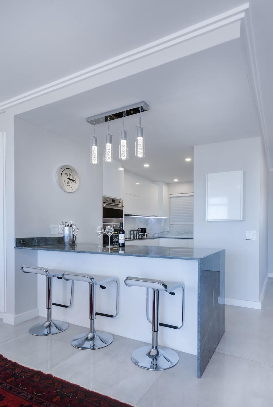 Оштукатуренный потолок в стиле минимализм
