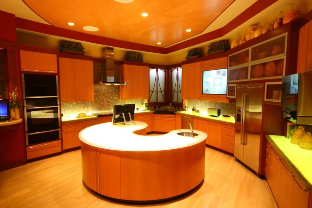 Фартук для оранжевой кухни с цветочным орнаментом