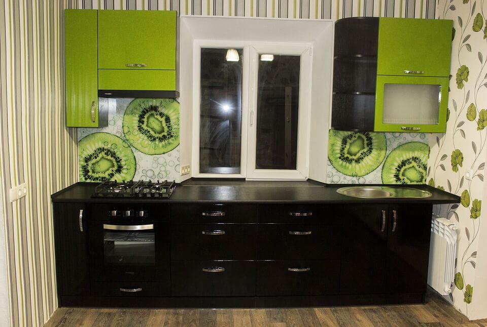 кухня с черными и зелеными фасадами