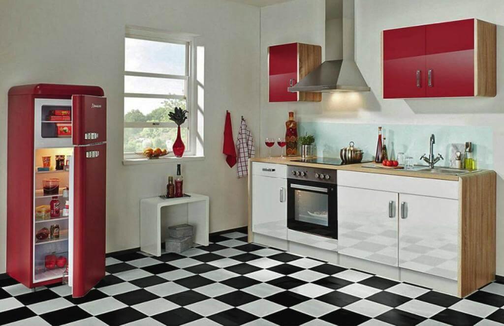 кухня в черно-белых тонах с красными фасадами и холодильником