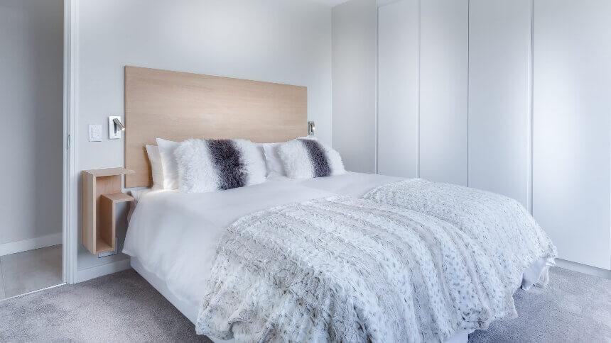 бело-серая маленькая спальня