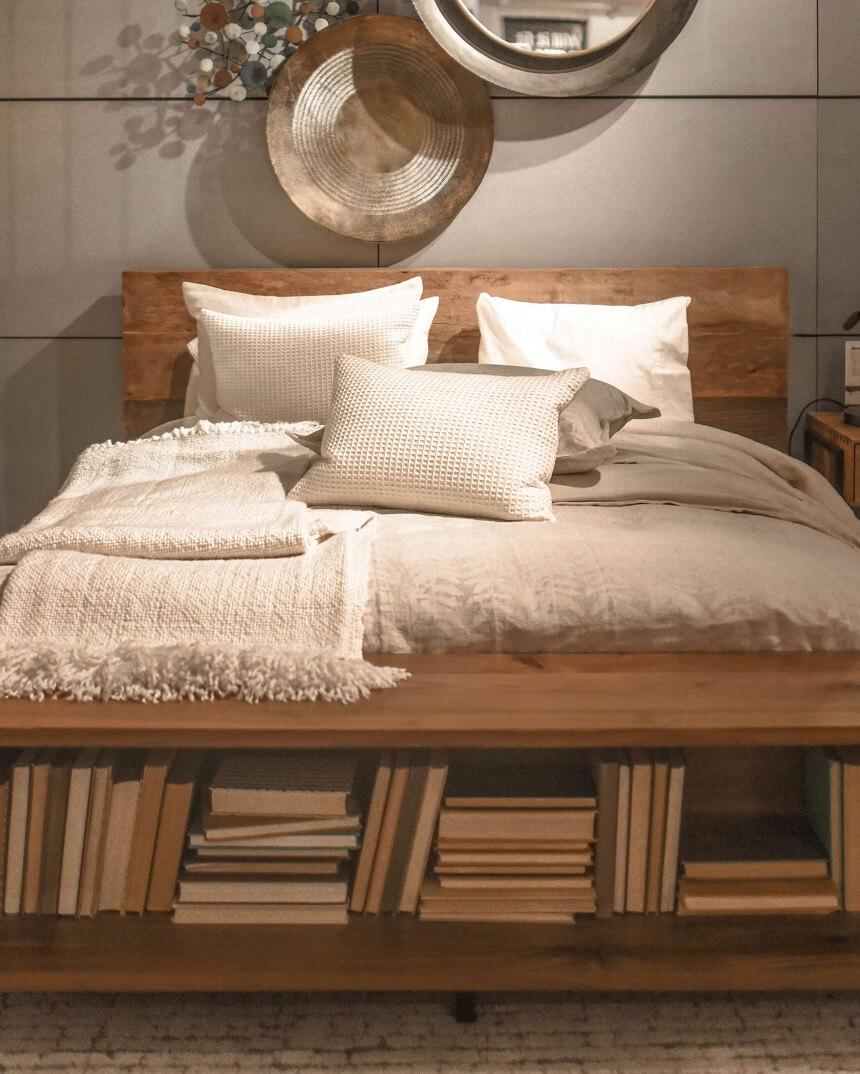 деревяная кровать в маленькой спальне