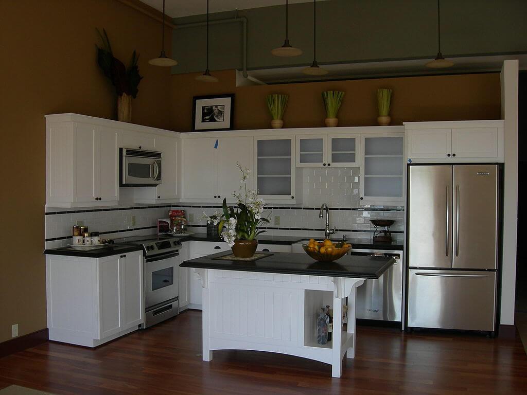 Яркий дизайн белой кухни с черной столешницей