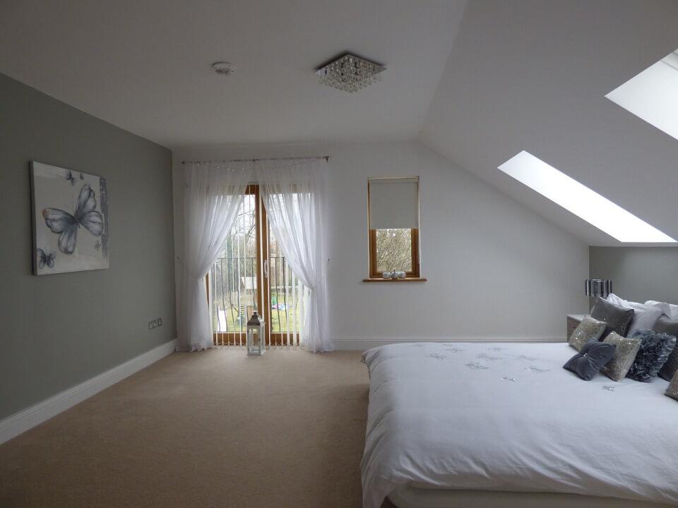 спальня под крышей в стиле минимализм