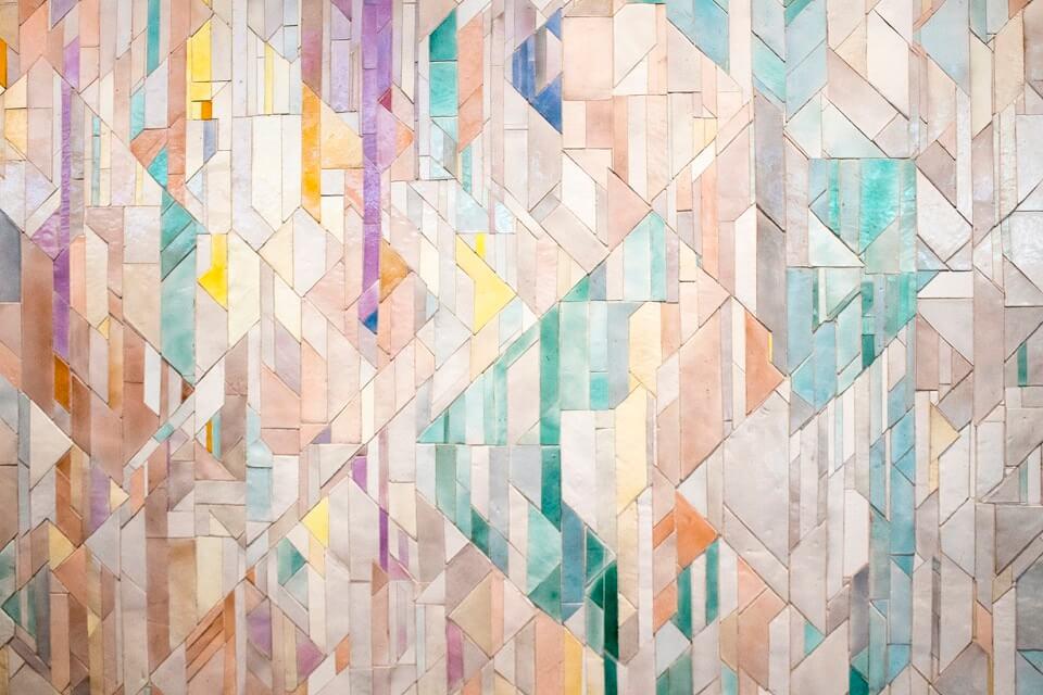 сочетание ярких цветов и бежевого в разных оттенках в мозаике