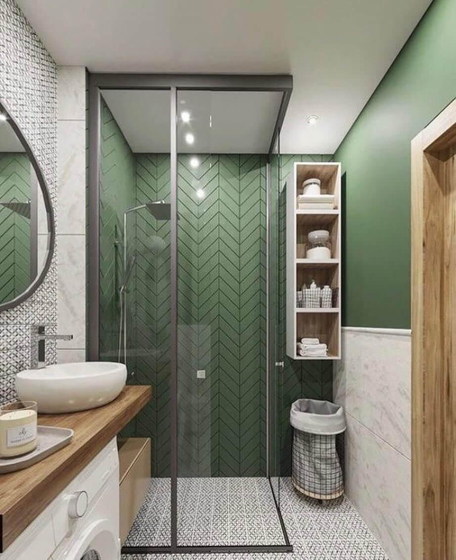 Бело-зеленая ванная с деревянной отделкой