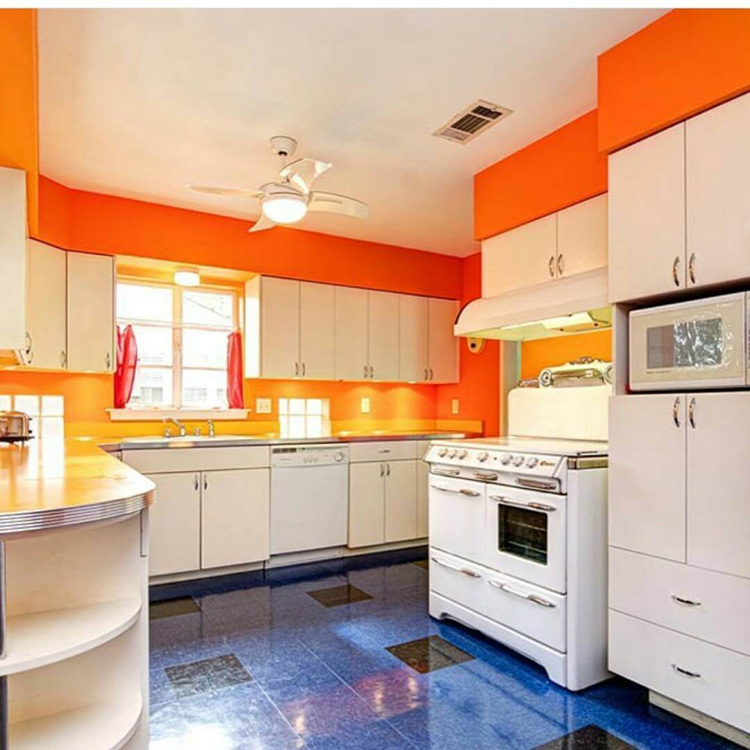 стены кухни в оранжевом цвете